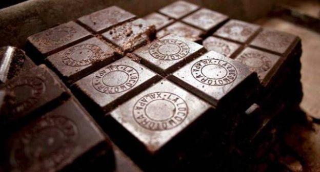 Attenzione – La scienza in soccorso dei golosi: Più cioccolato si mangia meno grassi si depositano sul corpo…!