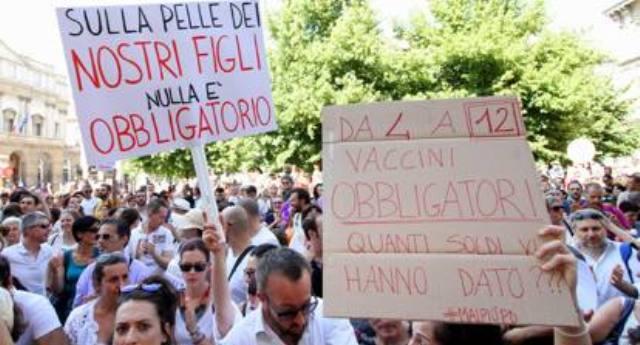 Qualche fesso la chiama ancora Democrazia – In migliaia in piazza contro il decreto vaccini, ma i Tg hanno avuto l'ordine perentorio di NON PARLARNE…!!