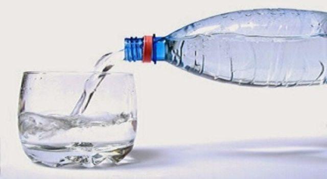 Bevi acqua in bottiglie di plastica? Ecco cosa devi assolutamente controllare prima di acquistarla!