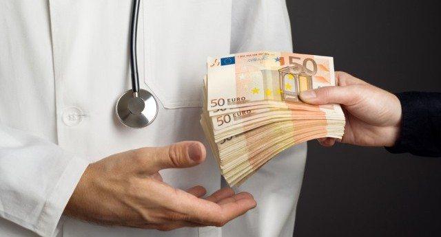 """Chi fornisce i 10 vaccini che la Lorenzin ha reso obbligatori? La Glaxo, quella che nel 2016 ha """"finanziato"""" con 13 milioni di euro Istituto Superiore Sanità, Ospedali, Asl, Università, medici e pediatri… C'è bisogno di aggiungere altro?"""