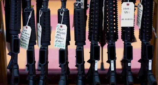 """Ecco a voi il """"Black friday"""" made in USA: boom di vendita di armi, in un solo giorno comprati più di 200mila fucili e pistole! E poi ci meravigliamo che negli Stati Uniti c'è mediamente una strage al giorno."""