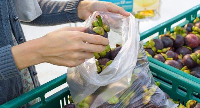 """Ricapitoliamo: al supermercato pago il sacchetto della frutta per salvare l'ambiente, ma mi danno la carne nei vassoi di polistirolo incredibilmente inquinanti. Dicono """"Ce lo chiede l'Europa"""", ma non è vero. La produttrice dei sacchetti è amica di Renzi… Io mi sento preso per i fondelli, Voi no?"""