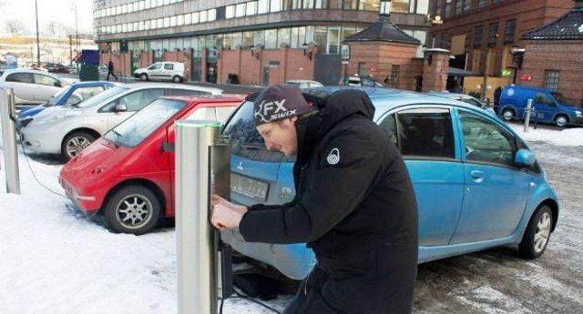 In Norvegia ormai si vendono più auto elettriche che tradizionali auto benzina o diesel. Sono 30 anni avanti a noi, che brancoliamo nel medio evo del petrolio per fa arricchire le lobby…!