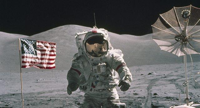 """La più grande Fake News della storia – L'uomo non ha mai messo piede sulla luna. Ad affermarlo non sono i soliti """"complottisti"""", ma i più grandi fotografi del mondo da Oliviero Toscani a Peter Lindbergh esaminando le foto della Nasa…!"""