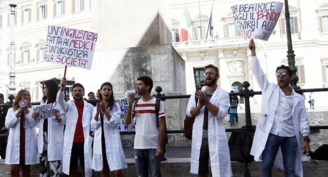 14 milioni di italiani rischiano di restere senza medico. Ma noi ci indigniamo solo per i sacchetti della frutta a 2 centesimi!
