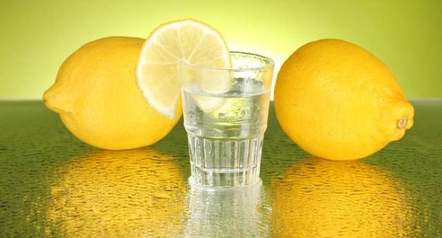 Acqua e limone: ecco cosa realmente succede al corpo assumendola ogni giorno. Nessun miracolo, ma tanti, tantissimi benefici.