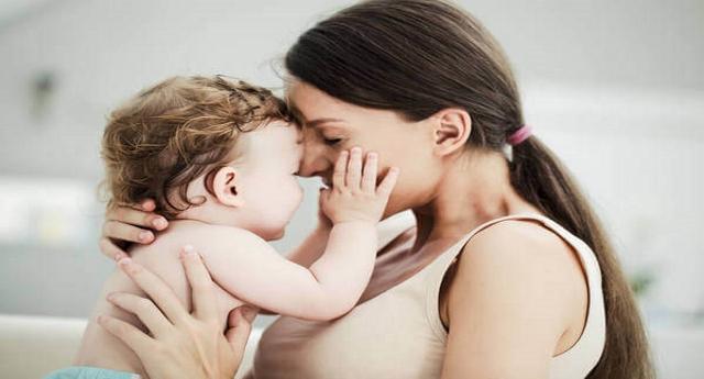 Più abbracci i tuoi figli e più il loro cervello si sviluppa. Lo dice la scienza