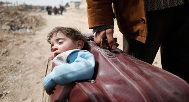Siria, il bimbo nella valigia del papà. Il simbolo straziante di una tragedia di cui non frega niente a nessuno!