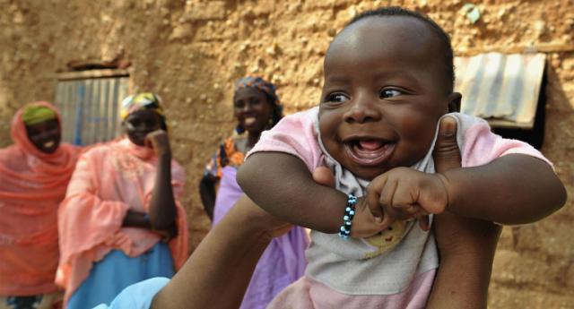 Ogni giorno muoiono 7.000 neonati, eppure per risolvere il problema basterebbe poco