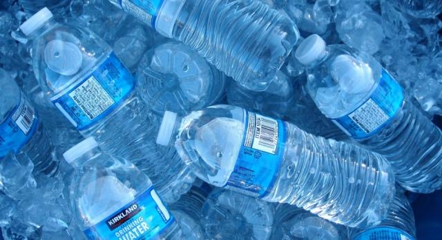 La grande truffa dell'acqua in bottiglia: le Multinazionali comprano acqua pubblica (nostra) a solo 1 millesimo di Euro al litro, e ce la rivendono ad 1 Euro al litro